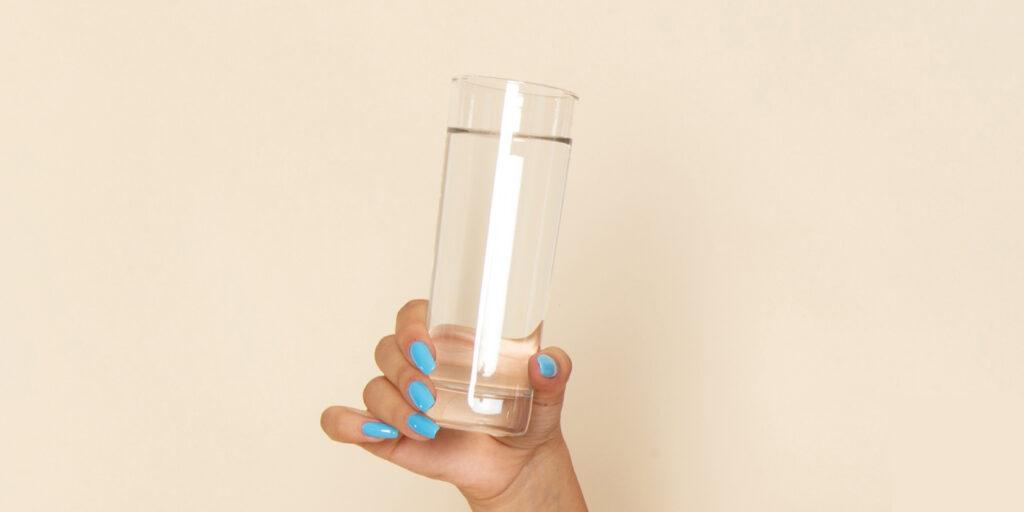 mão segurando um copo com água - 5 passos para o recomeço