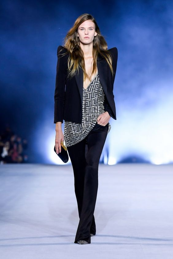 Modelo em passarela usando ombros marcados  - tendências de moda