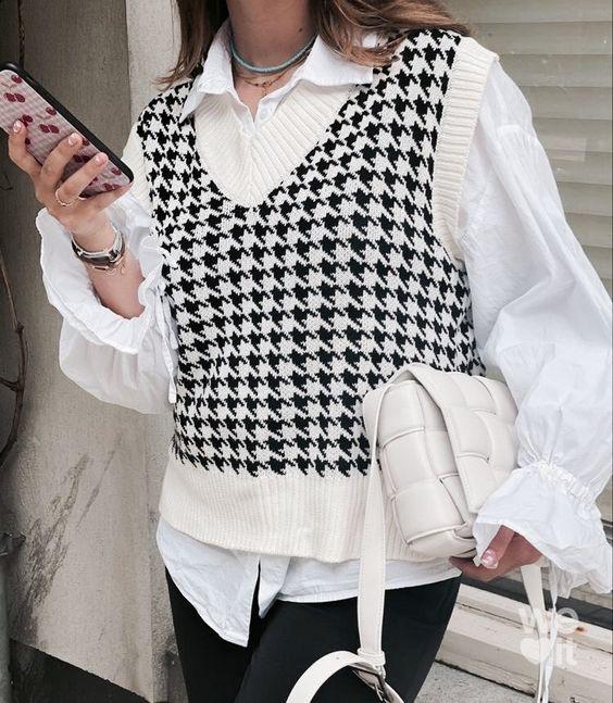 mulher usando colete de tricô com sobreposição - tendências de moda