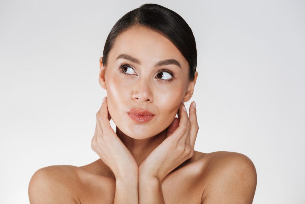 Mulher com o rosto limpinho após remover maquiagem