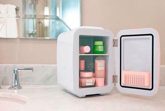 Pia do banheiro com geladeira de beleza cheia de produtos