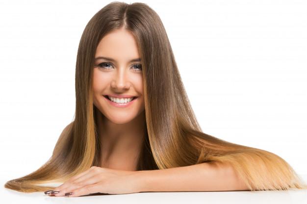 Garota feliz usando cabelo repartido ao meio
