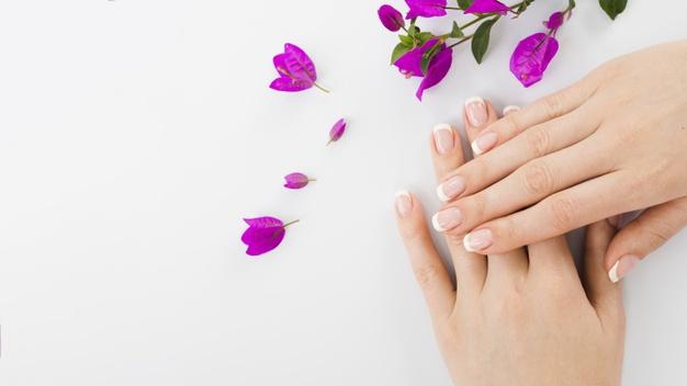 Mãos com unhas pintadas com francesinha branca