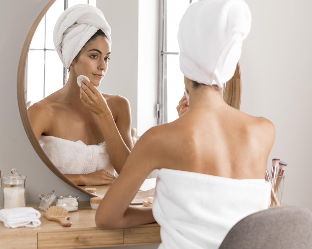 Mulher se admirando no espelho