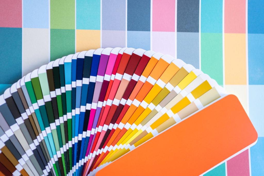 Amostras de cores de Coloração Pessoal de designers gráficos colocando a mesa da escrivaninha na sala de trabalho.