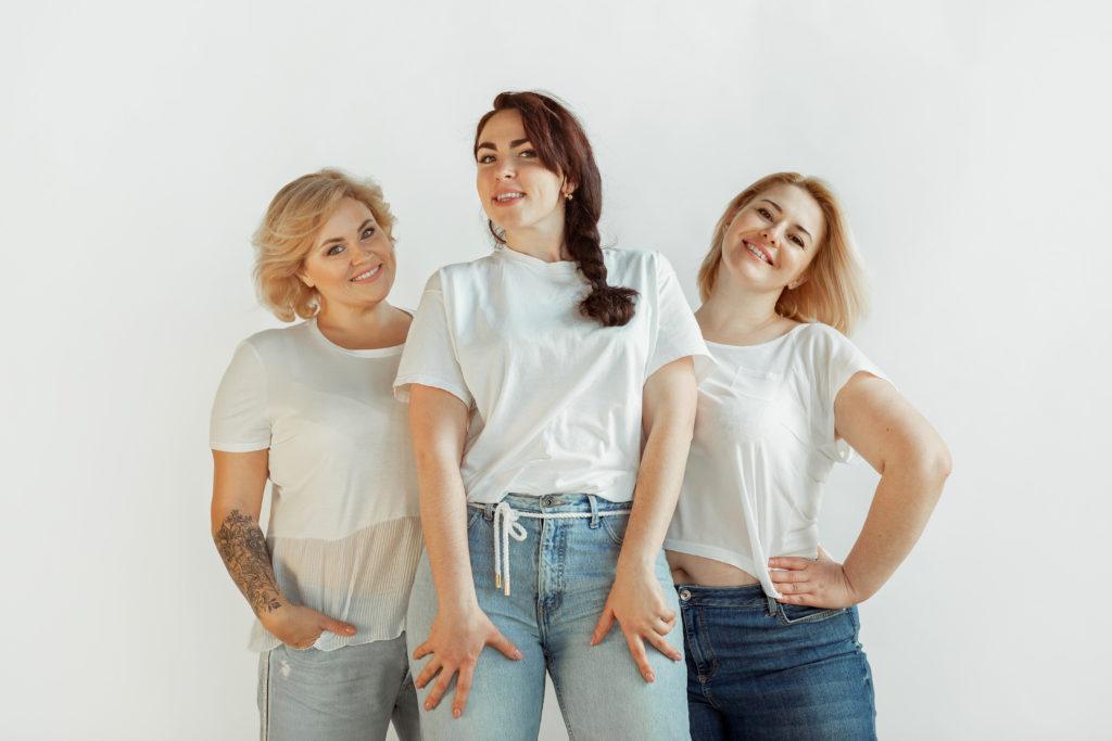 Três mulheres felizes e confiantes em seus corpos